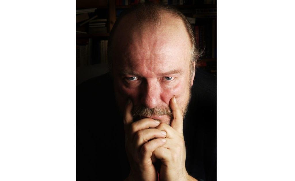 Forfatter og journalist Alf R. Jacobsen. (Foto: Aschehoug)