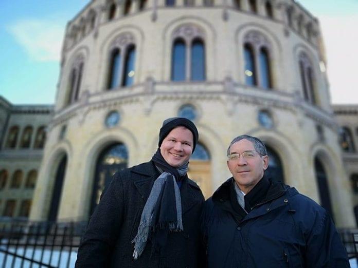 Conrad Myrland, daglig leder i MIFF, og Itamar Marcus, direktør for Palestinian Media Watch etter møtet på Stortinget 29. januar 2019. (Foto: MIFF)