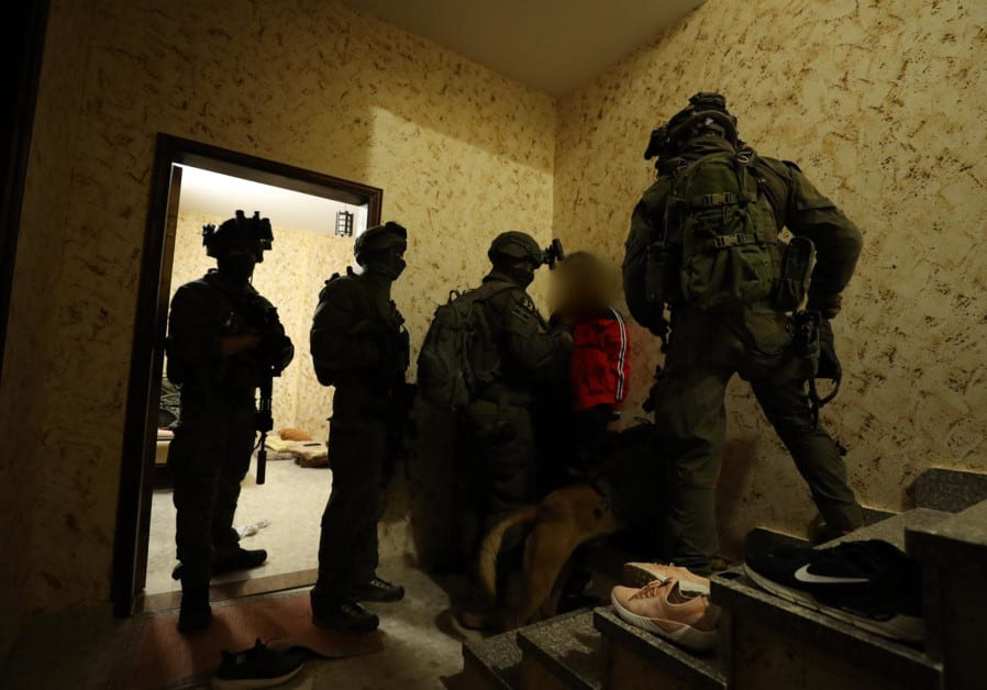 Her blir Arafat Irfaiya pågrepet av israelske sikkerhetsstyrker på Vestbredden. (Foto: Det israelske politiet)