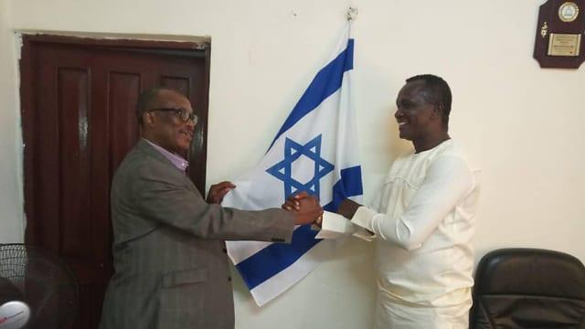 Adikalie Foday Sumah (t.v.) i parlamentet i Sierra Leone med det israelske flagget. (Foto: Privat)