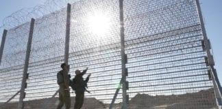 Israel bygger et seks meter høyt gjerde langs Gaza-grensen for å holde terroristene ute. (Foto: Forsvarsdepartementet)
