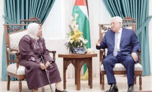 Terroristens mor gjester PA-president Mahmoud Abbas. (Foto via PMW)