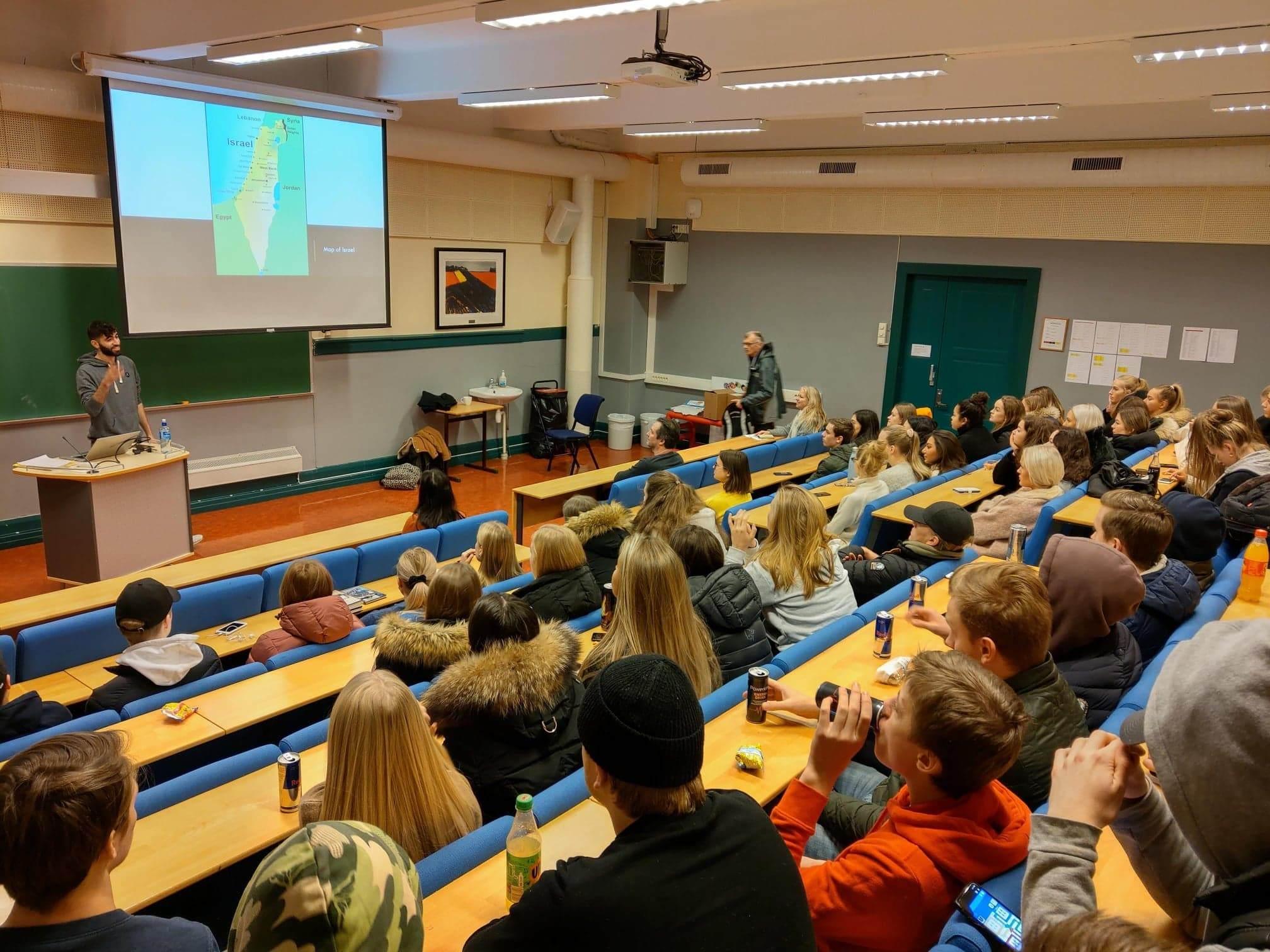 Guy Levinson forteller til norske skoleelever hvordan det er å være ung i Israel. (Foto: Kjetil Ravn Hansen)
