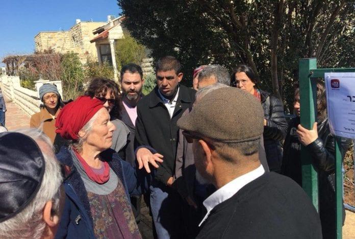 Palestinske og israelske fredsaktivister besøkte Ansbacher-familien i bosetningen Tekoa på Vestbredden. (Foto: Tag Meir)
