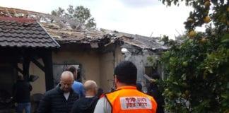 Redningsmannskaper ved bolighuset som ble totalskadet i rakettangrepet 25. mars. (Foto: Brann- og redningstjenesten)