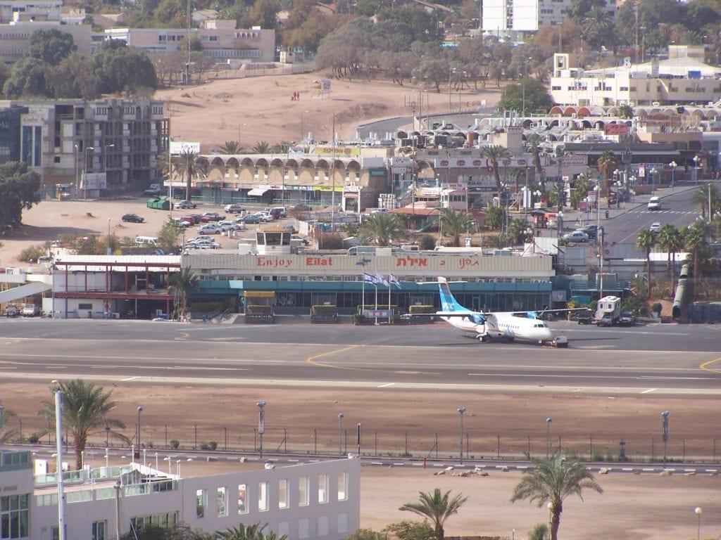 Den gamle flyplassen i Eilat ligger midt i feriebyen. 18. mars stenger den gamle flyplassen for godt. (Foto: Wikimedia)