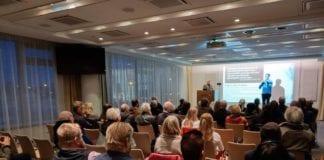 Conrad Myrland taler på det første MIFF-møtet på Island 27. mars. (Foto: Kjetil Ravn Hansen, MIFF)