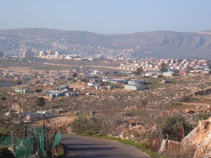 I dette bildet av Arab al-Naim fra 2006 ser man at de fleste bodde i enkle skur. I dag bor de fleste i moderne boliger. (Foto: Wikipedia)