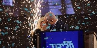 Seierskysset. Benjamin og Sara Netanyahu feirer på valgnatten 10. april 2019. (Foto: Benjamin Netanyahus Twitter-profil)