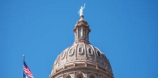 Det amerikanske flagget og flagget til Texas vaier utenfor Texas State Capitol i Austin. (Foto: Flickr)