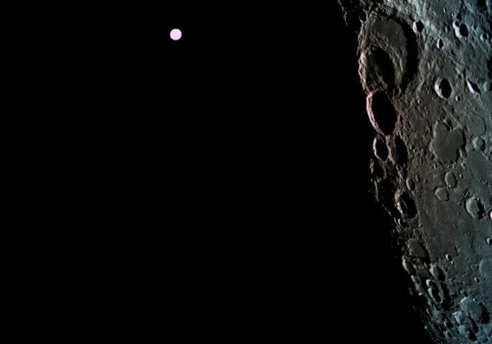 Det israelske romfartøyet har tatt dette bildet av månens overflate. I bakgrunnen ser du jorden. (Foto: Beresheet)