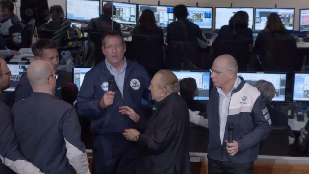 Mannen med mikrofon informerer om at landingen ikke lyktes. (Skjermdump fra Youtube)