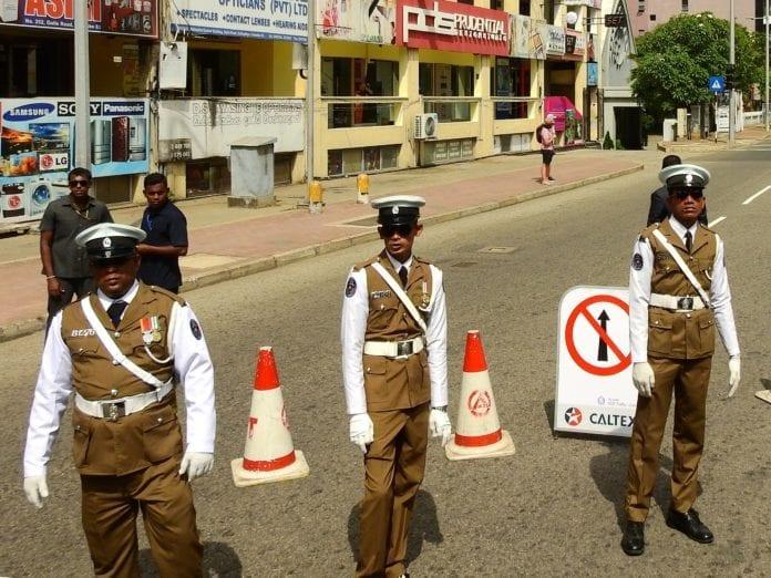 Politiet i Sri Lanka holder vakt. Bildet er fra en annen anledning. (Illustrasjonsfoto: Wikipedia Commons)