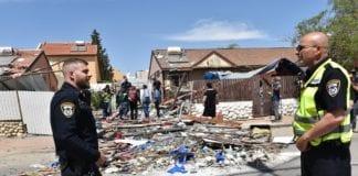 Redningsmannskaper er til stede ved et av bolighusene som ble truffet av rakettene fra Gazastripen. (Foto: Politiet)