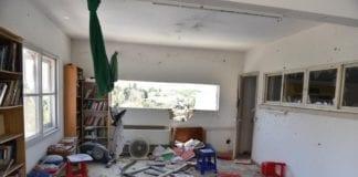 Slik så det ut på innsiden av et bolighus i Ashkelon som ble truffet av en rakett lørdag morgen. (Foto: Det israelske politiet)
