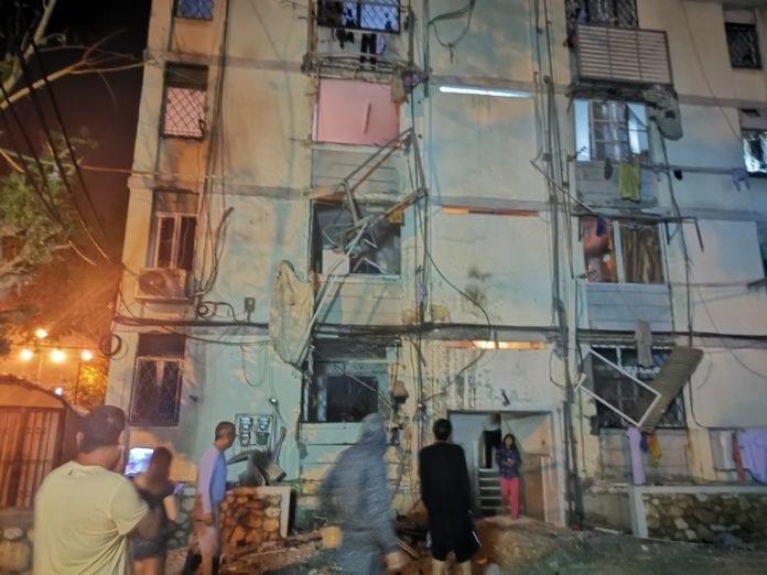 Flere boliger truffet av rakettene fra Gaza. Denne bygningen i Ashkelon ble truffet av en rakett natt til søndag.