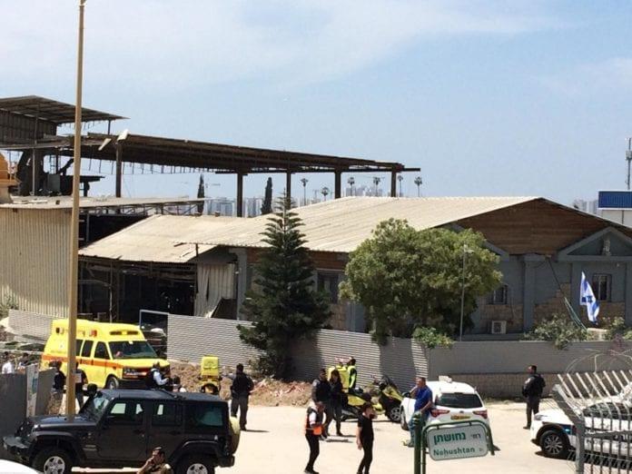 En rakett fra Gaza traff midt i en fabrikk i byen Ashkelon. Flere personer er skadet. Tilstanden kritisk for to av dem.