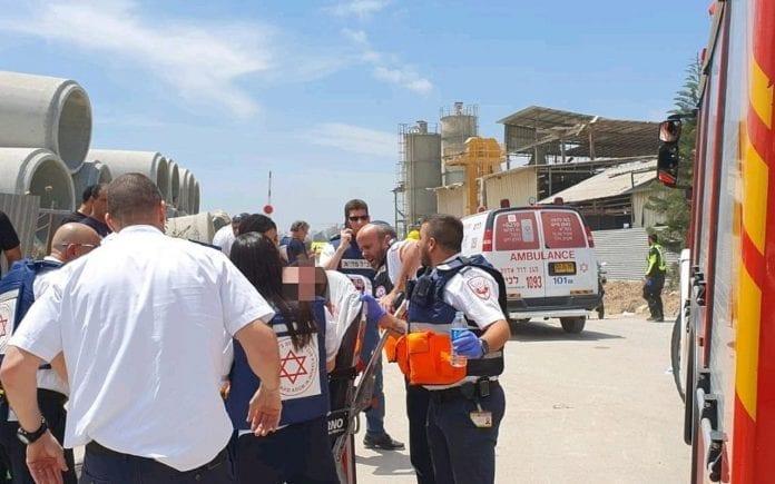 Redningsmannskaper ved fabrikken som ble truffet av en rakett. En av de skadde døde på sykehuset. (Foto: MDA)