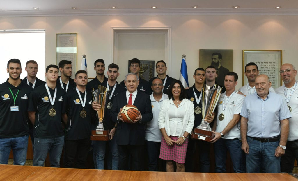 Det israelske U20-landslaget med statsminister Benjamin Netanyahu og sportsminister Miri Regev onsdag 24. juli. (Foto: Kobi Gideon/GPO)